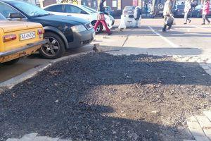 Огромную яму на железнодорожном вокзале в Киеве экстренно засыпали