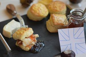 Булочки к завтраку за час: рецепт английских сконов от Григория Германа