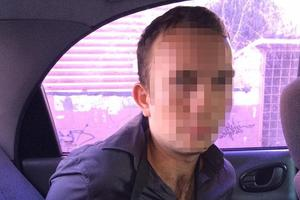 """В Киеве аферист обманул """"клиента"""" на 50 тысяч евро и хотел сбежать через дыру в стене"""