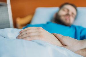 Мать 12 лет сидела у постели лежащего в коме сына и случилось чудо