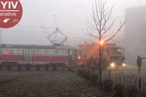 На Оболони в густом тумане столкнулись мусоровоз и трамвай