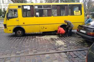 Во Львове у маршрутки на ходу отвалился топливный бак: видео