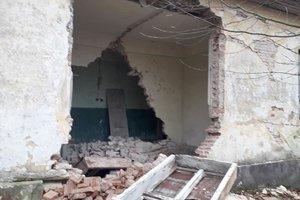 Во Львовской области здание школы разбирают на кирпичи