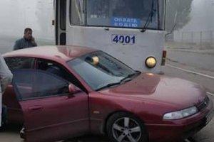 В Харькове трамвай врезался в иномарку: опубликованы фото