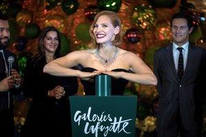 В роскошном бархатном платье: Джессика Честейн зажгла огни на елке в Париже