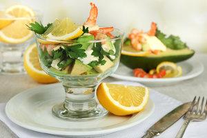 Рецепт дня: легкий салат из авокадо с креветками