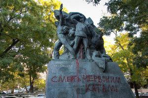 В Одессе вандалы разрисовали сразу несколько памятников: опубликованы фото