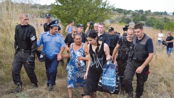 Лощиновка-2016. Полиция сопровождает женщин, вернувшихся за вещами. Фото: dumskaya.net