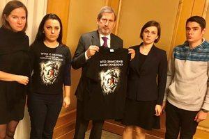 Еврокомиссар Хан высказался о нападениях на активистов в Украине