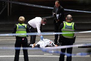 В центре Мельбурна мужчина поджог машину, убил человека и ранил еще двоих