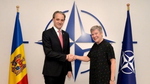 Министр обороны Молдовы и представитель НАТО. Фото: army.md