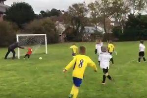 Видео дня: отец толкнул ребенка и отбил летящий в ворота мяч