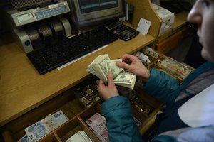 Украинцы продают больше долларов, чем покупают
