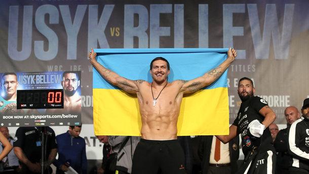 Olexandr Usyk with the Ukrainian flag at the ceremony. Getty Photos