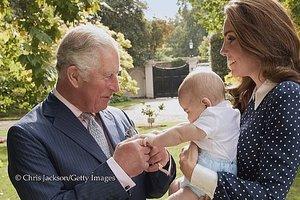 Редкое фото: принц Чарльз играет со своим младшим внуком, принцем Луи