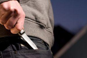 В Харькове мужчина с ножом бросался на прохожих: опубликовано видео