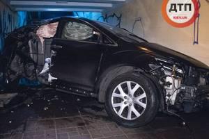 В Киеве на Воздухофлотском Mazda на скорости влетела в подземный переход: фото