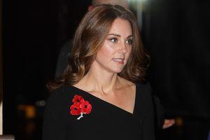 В черном и с брошью в виде мака: Кейт Миддлтон на вечере памяти в Лондоне