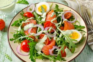 Рецепт дня: салат из лосося, рукколы и помидоров черри