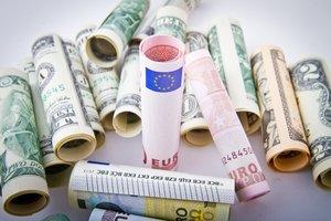 Курс евро к доллару упал ниже психологической отметки