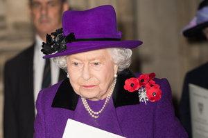 В жемчугах и ярко-сиреневом пальто: Елизавета II посетила Вестминстер