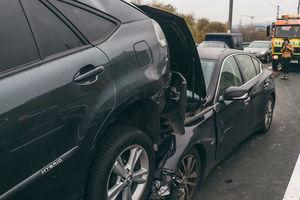 """Пробка на Северном мосту: Infiniti """"поднырнул"""" под Lexus"""