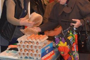 """Соцсети о """"выборах"""" на Донбассе: продали будущее детей за яйца с картошкой"""