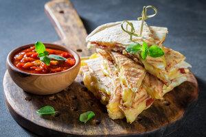 Кесадилья по-гавайски: рецепт аппетитной закуски с ветчиной и ананасами