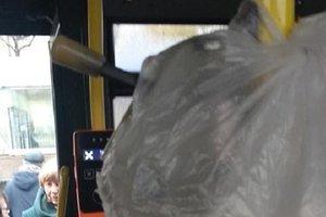 """""""Инновации"""" в Киеве: старые компостеры в троллейбусе обмотали целлофаном"""