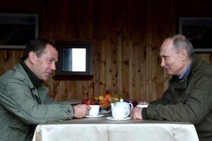 Путин и Медведев одновременно покинули Россию