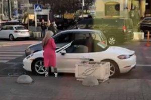 Розтрощений блондинкою Porsche в центрі Києва швидко прибрали