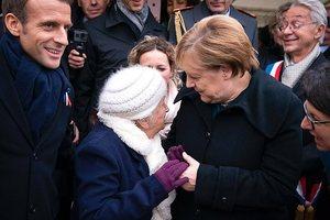 Бабушка не узнала жену Макрона и оконфузилась с Меркель: забавное фото