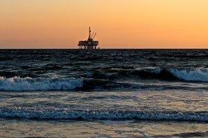Цены на нефть обвалились до минимумов за год