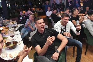 Футболисты сборной Украины отметили победу в Лиге наций: пели дуэтами, закусывали хамоном и фоткались с легендой
