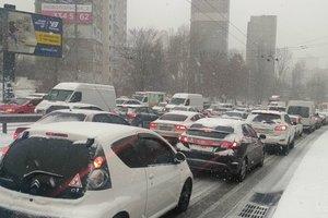 Киев заметает снегом: произошло более 50 аварий на дорогах