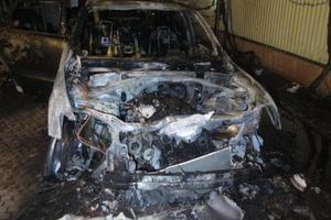 В Ужгороде ночью сожгли два внедорожника