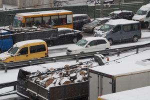 Снегопад в Киеве: общественный транспорт курсирует без графика