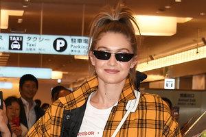 В желтом клетчатом бомбере и лосинах: Джиджи Хадид прилетела в Токио