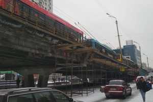 На Шулявском мосту образовалась огромная пробка из троллейбусов