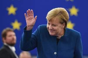И снова в любимом ожерелье: Ангела Меркель прибыла во Францию