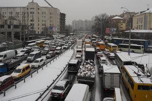 Снегопад в Киеве: до середины дня зафиксировали почти 300 ДТП