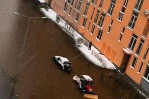 В Киеве целую улицу затопило из-за прорыва трубопровода