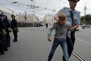 Кремль закручивает гайки: власть будет отнимать у родителей протестующих детей