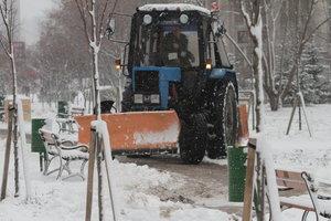 Киев от снега будут чистить всю ночь: водителей просят не бросать машины на обочинах