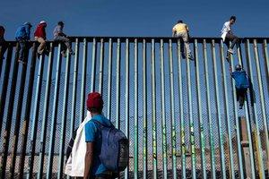 """""""Караван мигрантов"""" подошли вплотную к США: беженцы сфотографировали на пограничном заборе"""