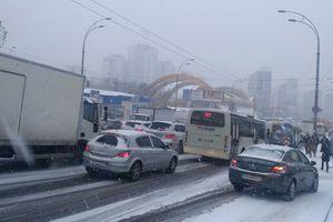 Снег и гололед: в мэрии дали советы водителям и пешеходам