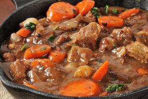 Сытное английское жаркое из говядины и овощей
