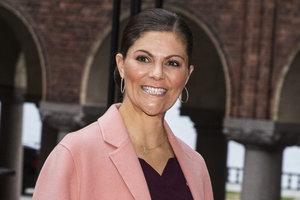 В нежном розовом пальто: принцесса Швеции прибыла на ужин