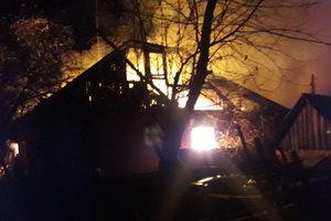 В Харьковской области из горящего дома вытащили семью: опубликованы фото