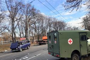 В Харькове столкнулись санитарный автомобиль и легковушка: три человека получили травмы